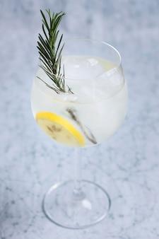 Orzeźwiający, lodowaty napój gotowy do podania