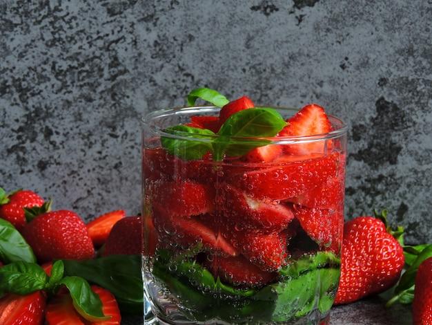 Orzeźwiający napój detox z truskawkami i bazylią.