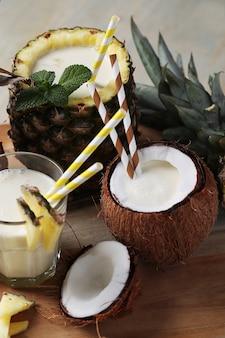 Orzeźwiający napój, koktajl kokosowy ze słomką