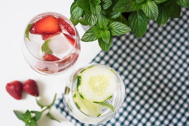 Orzeźwiający napój na obrus