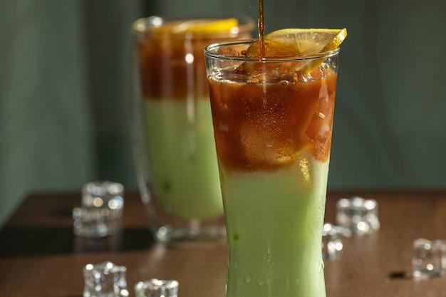 Orzeźwiający napój z kostkami lodu