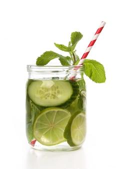 Orzeźwiający napój z plasterkami cytryny