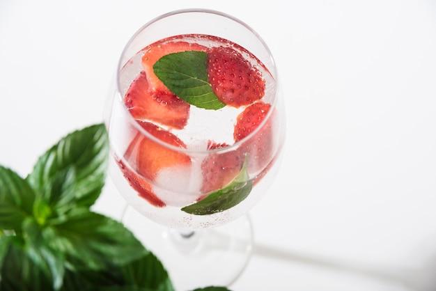 Orzeźwiający napój z truskawkami