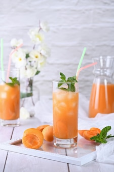 Orzeźwiający, świeżo ugotowany koktajl bezalkoholowy z soku morelowego i mięty