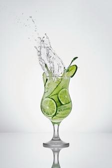 Orzeźwiający tonikowy napój bezalkoholowy z ogórkiem limonkowym i miętą chłodny napój z sodą w pięknej szklance
