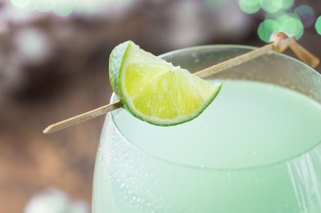 Orzeźwiający zielony koktajl, letni napój z limonką w szklance
