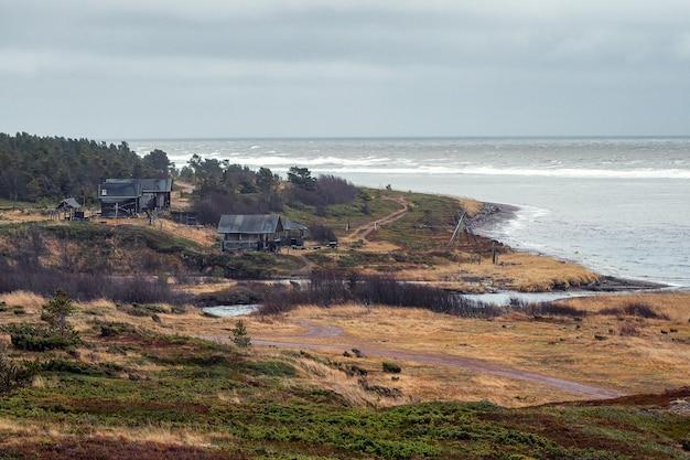 Osada na dalekim północnym brzegu. pomorska wioska rybacka. wybrzeże morza białego. rosja.