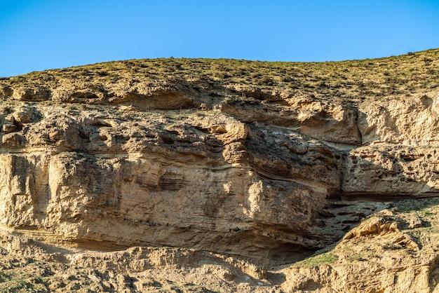 Osadowe warstwy skał w górach
