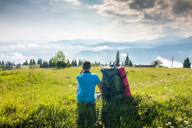 Osamotniony wycieczkowicza enjoing mounain widok w pogodnym letnim dniu