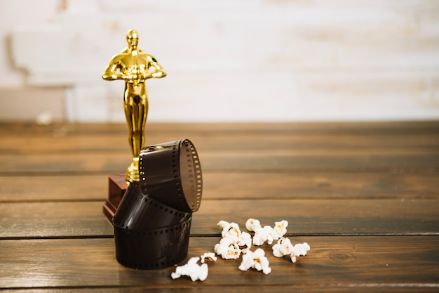 Oscarowa statuetka, film i popcorn