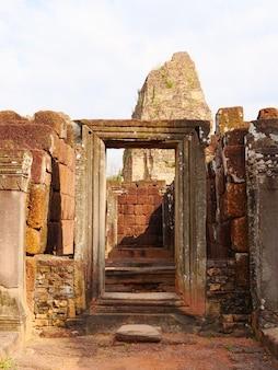 Ościeżnica stone rock w starożytnej buddyjskiej świątyni khmerskiej ruiny pre rup w kompleksie angkor wat, siem reap kambodża.