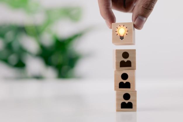Osiągnięcie i kreatywny pomysł lub koncepcja innowacji handpi drewniany blok z ikoną żarówki