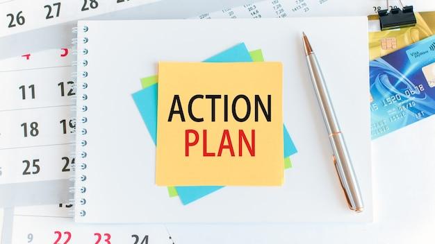Osiągnij wyniki, tekst na żółtym papierze o kwadratowym kształcie. kalkulator, karty kredytowe, długopis, artykuły papiernicze na pulpicie. selektywna ostrość. koncepcja biznesu, finansów i edukacji.