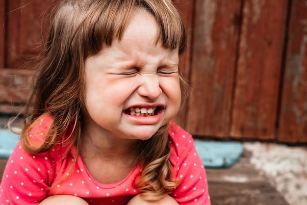 Osierocone dziecko bezdomnych płacze z powodu ruin. terroryzm, wojna.