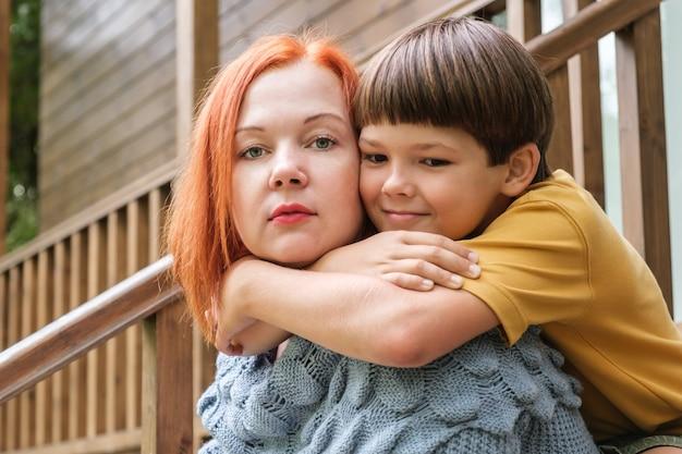 Ośmiolatek przytula mamę za ramiona