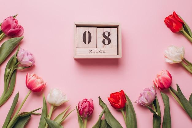 Ósmy marca do dnia kobiet na różowym tle z tulipanów.