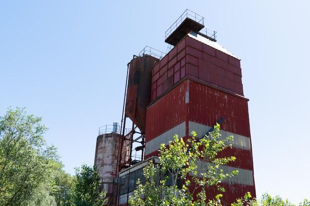 Ośniedziała betonowa roślina porzucał przemysłowego pustkowie w trentemoult nantes w francja