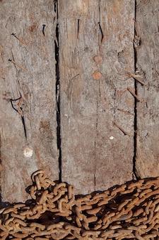 Ośniedziały żelazo łańcuch na drewnianym stole