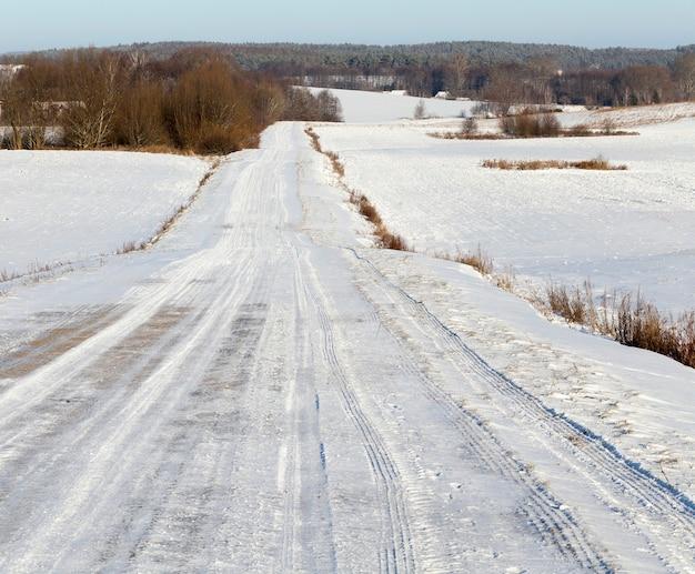 Ośnieżona droga po ostatnich opadach śniegu. mały rozmiar jezdni. zbliżenie w zimie.