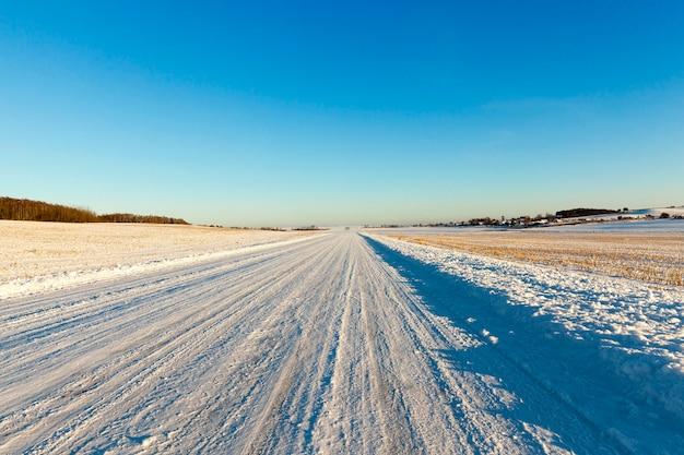 Ośnieżona droga po ostatnich opadach śniegu