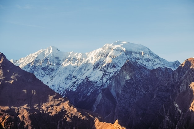 Ośnieżona góra rakaposhi. dolina nagar, gilgit baltistan, pakistan.