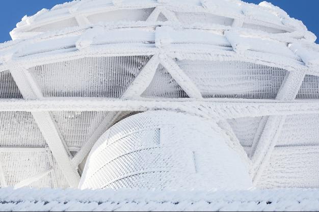 Ośnieżona wieża widokowa. ciężki śnieg na budynku