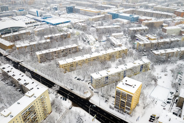 Ośnieżone centrum mińska z wysokości. białoruś.