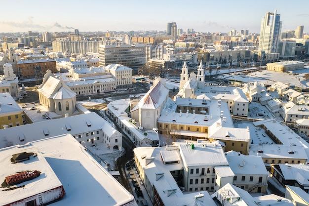 Ośnieżone centrum mińska z wysokości. górne miasto. białoruś.