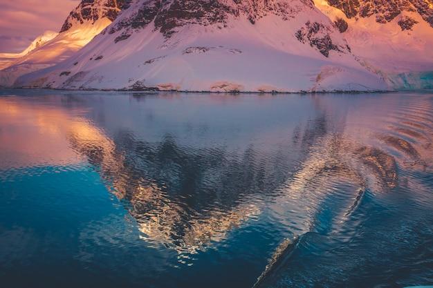 Ośnieżone góry na antarktydzie