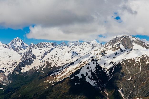 Ośnieżone góry. piękny krajobraz gór i błękitne niebo