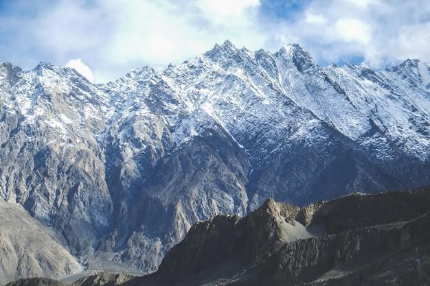 Ośnieżone góry w pasie karakoram. passu, pakistan.