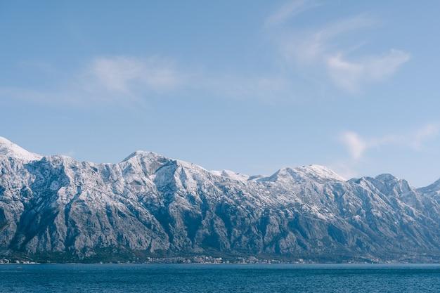 Ośnieżone szczyty górskie z bliska