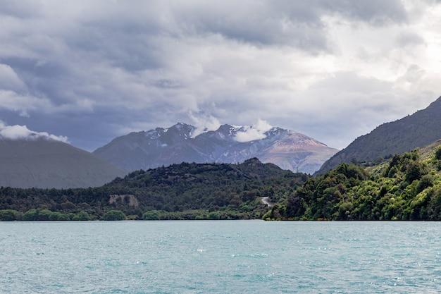 Ośnieżone szczyty wzdłuż brzegów jeziora wakatipu na wyspie południowej w nowej zelandii