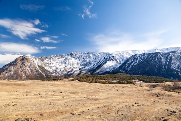 Ośnieżony szczyt górski, lodowiec przeciw błękitne niebo