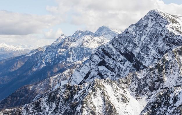 Ośnieżony szczyt w zimie