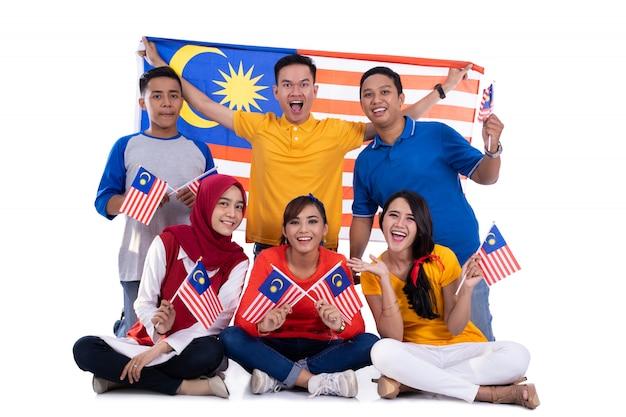 Osób posiadających flagę malezji świętuje dzień niepodległości