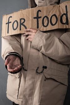 Osoba bezdomna prosząca o jedzenie, pomoc podpisania.