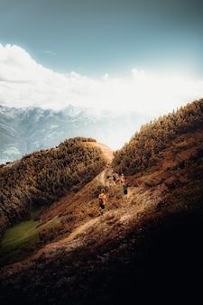 Osoba chodząca po brązowym polu w ciągu dnia