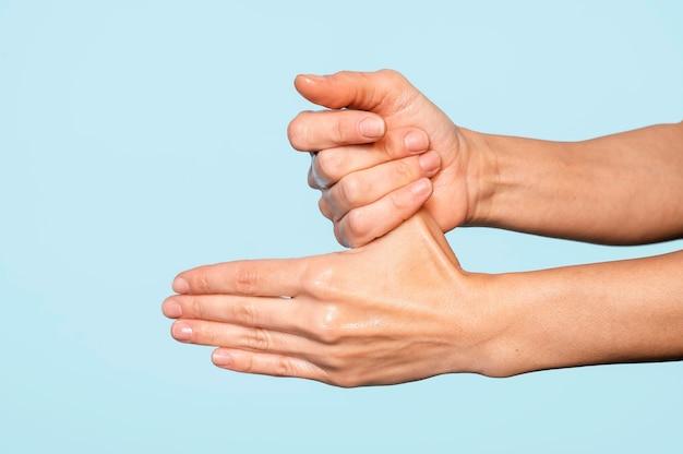 Osoba do mycia rąk na niebieskim tle
