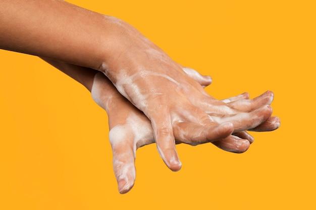 Osoba do mycia rąk na pomarańczowo