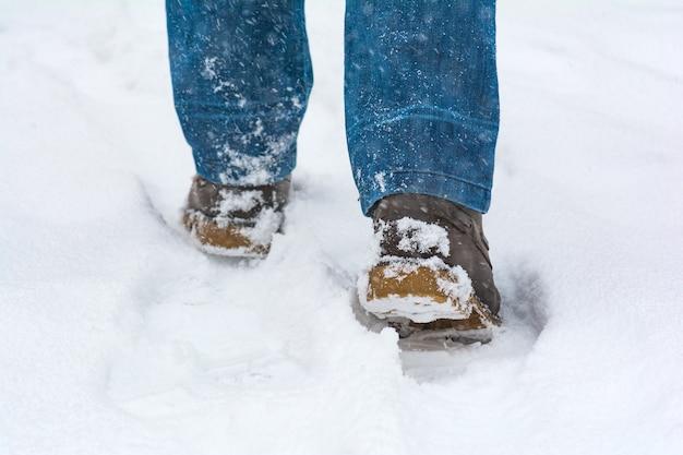 Osoba idzie przez głęboki śnieg