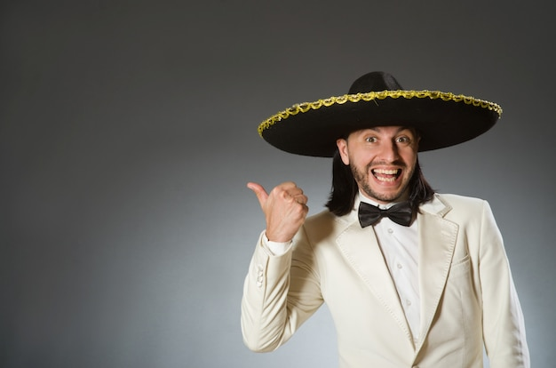 Osoba jest ubranym kapelusz sombrero w śmiesznym pojęciu