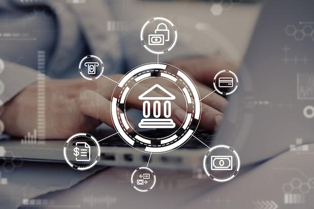 Osoba korzysta z laptopa i przegląda usługi finansowe w bankowości internetowej.