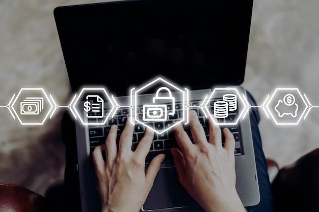 Osoba korzysta z laptopa i wybiera usługi w bankowości mobilnej.