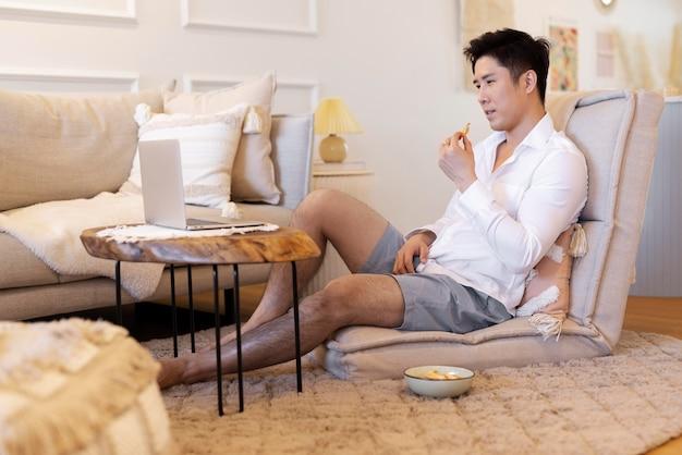 Osoba korzystająca z relaksującego czasu w domu