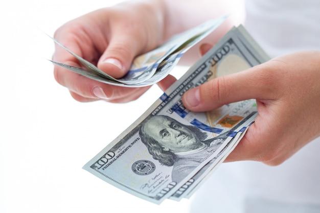 Osoba liczy nam dolarów banknotów z bliska