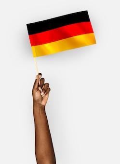 Osoba machająca flagą republiki federalnej niemiec