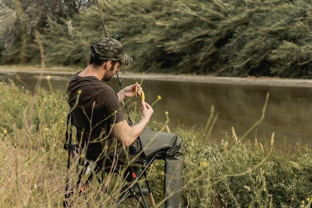 Osoba mocująca haczyk na ryby