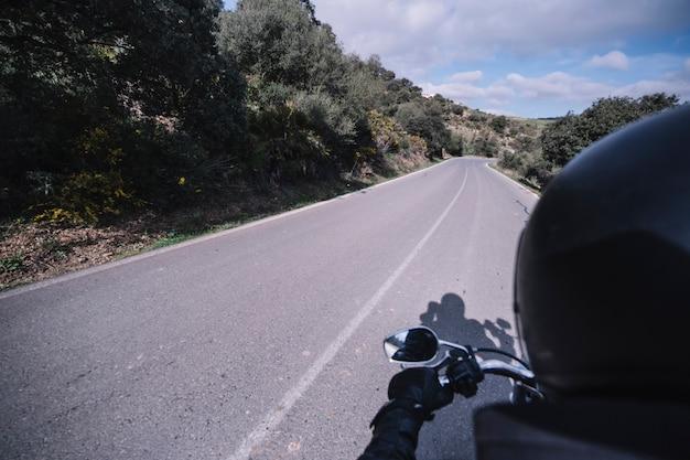 Osoba na motocyklu na wsi