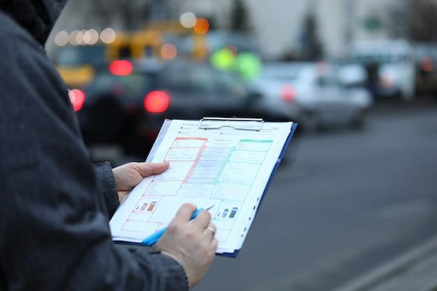 Osoba na ulicy z folderu papieru